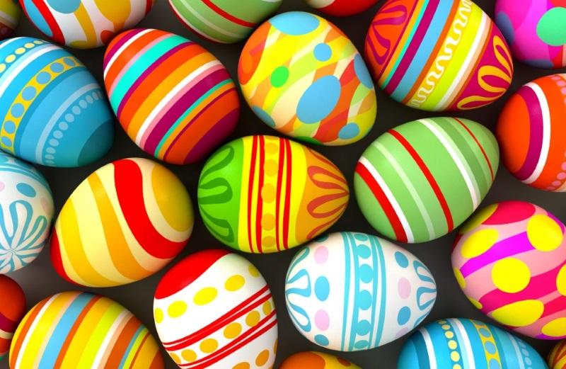 Мама моей подруги красит яйца так уже пятую Пасху подряд: называем их «Янтарно-изумрудные». Понадобится лишь пара красителей, салфетки и ушная палочка.